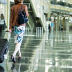 Женщина с чемоданом на вокзале